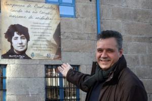O concelleiro de Cultura ante a pancarta conmemorativa do Día de Rosalía