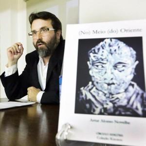 Artur Alonso xunto á portada do libro1
