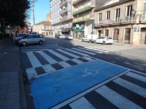 Paso de peons detràs do concello. Cebreado de visibilidade do paso de peons e nova ubicacion da praza de mobilidade reducida.