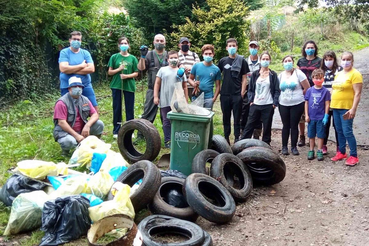 Voluntarios e voluntarias retiran arredor de 400 quilos de lixo do Tea durante a xornada de limpeza simultánea do proxecto 'Móllate polos ríos'